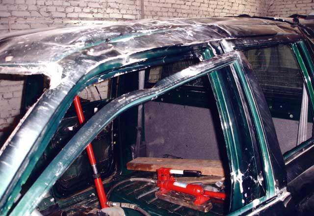 Дверь аварийного автомобиля: Сложные повреждения тонкого металлического профиля